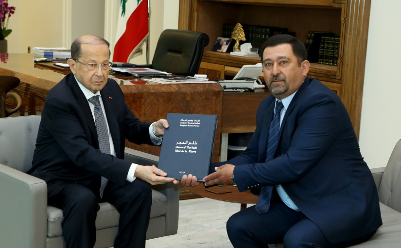 President Michel Aoun meets  the sculptor Boutros Farhat.
