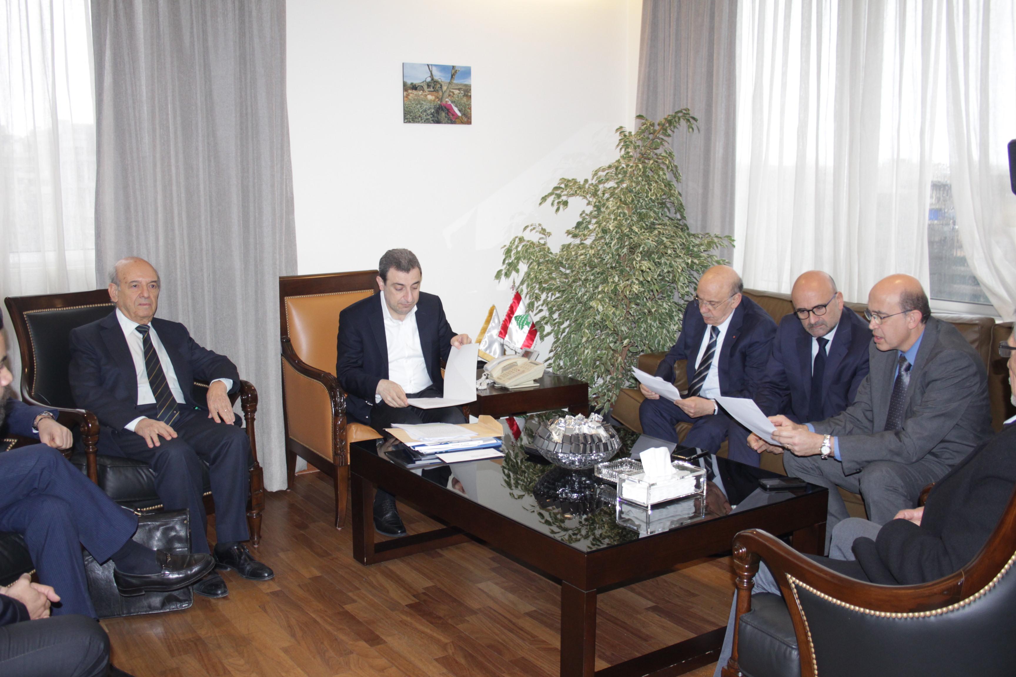 صورة الوزير ابو فاعور مع نواب جبيل واصحاب المصنع في اده