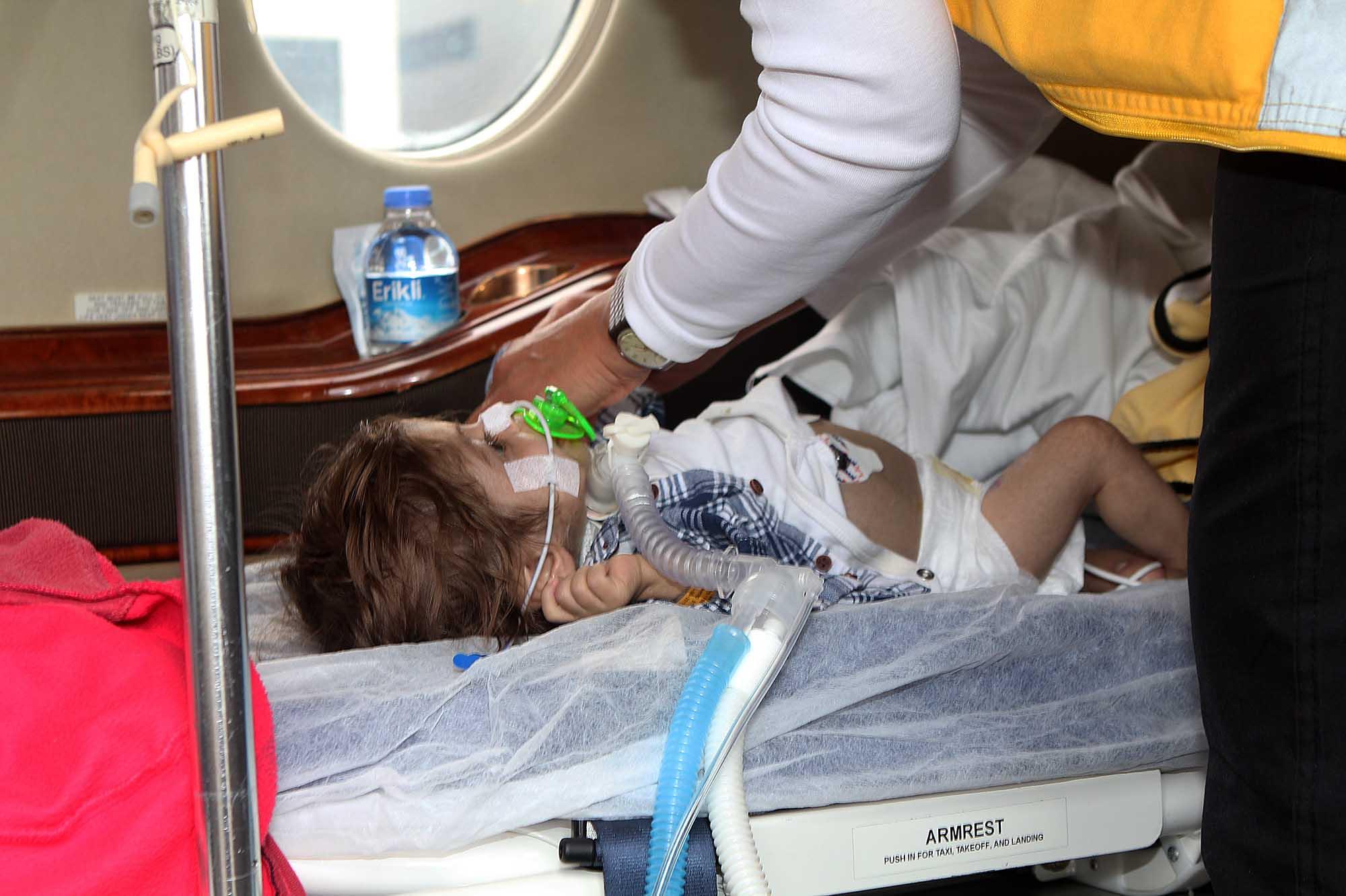 الطفل اححمد عثمان يصل في طائرة خاصه -1
