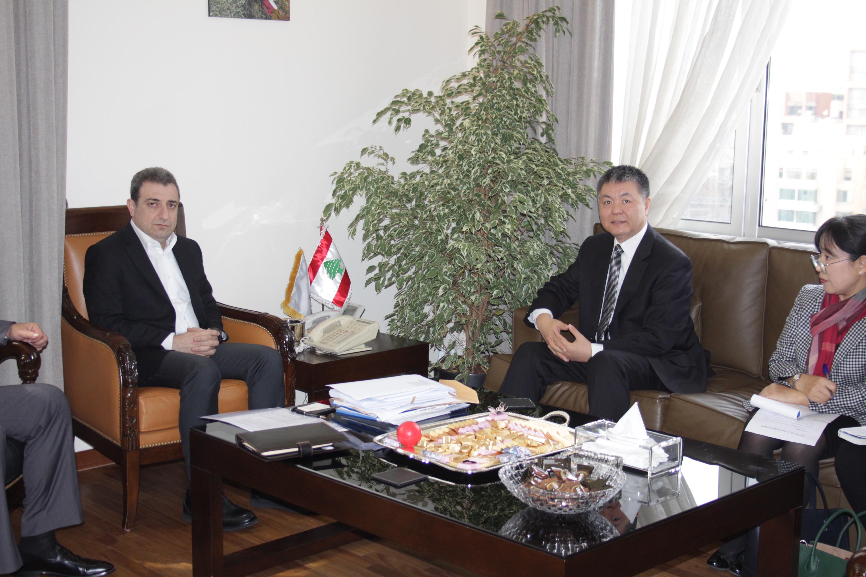 صورة الوزير ابو فاعور مع سفير الصين