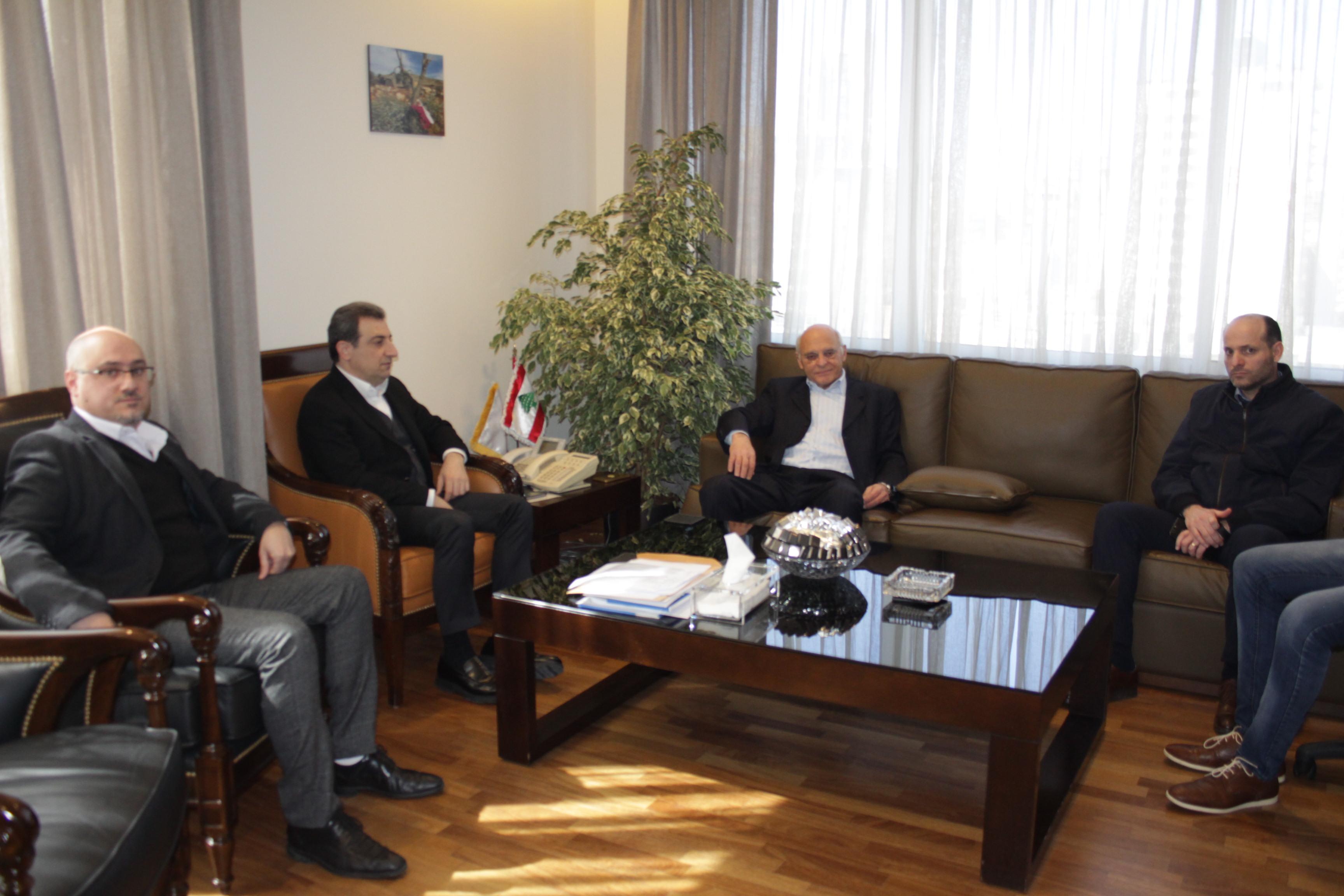 صورة الوزير ابو فاعور مع هيئة التنسيق المدني في عين دارة