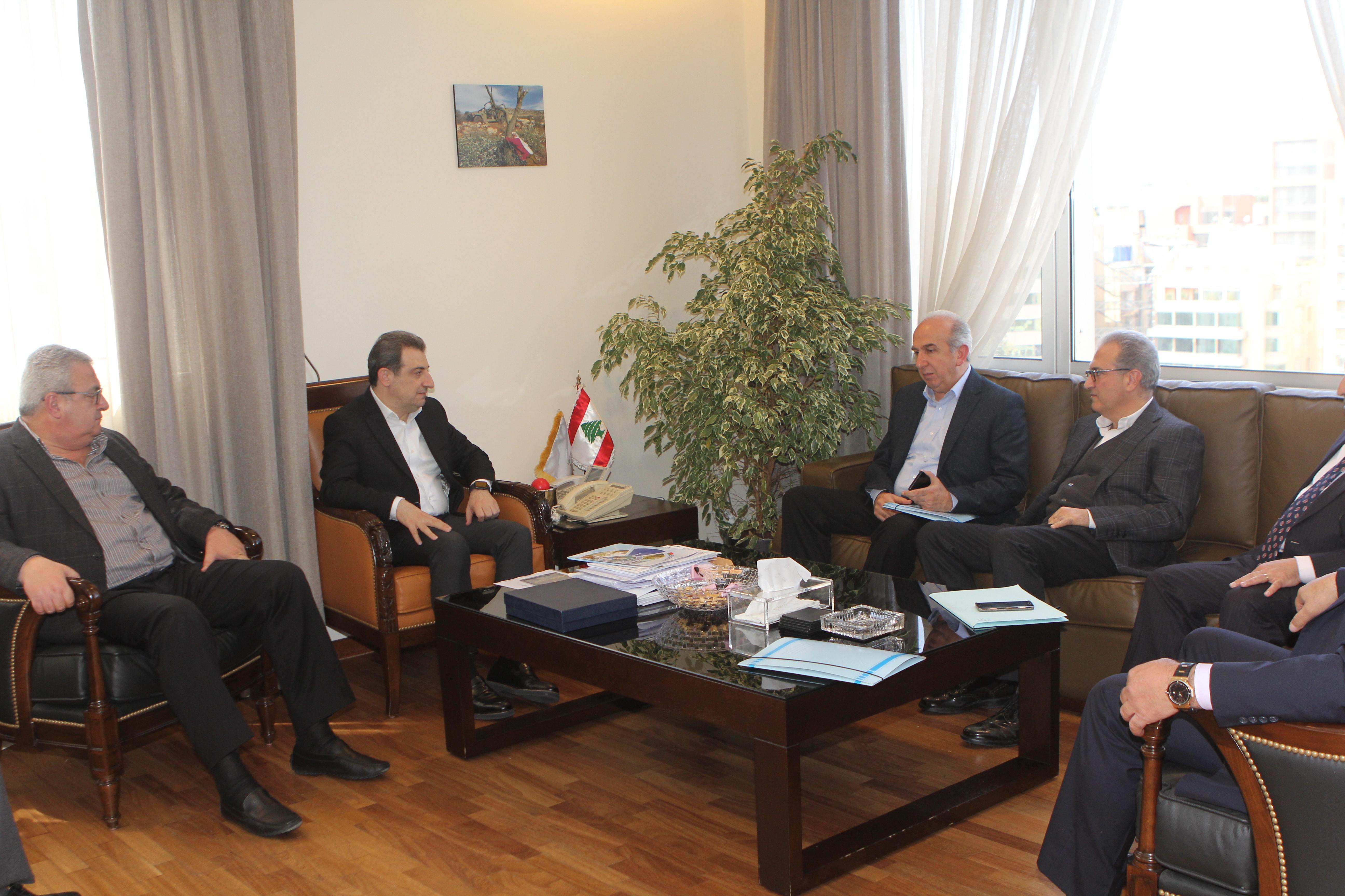 صورة الوزير ابو فاعور مع وفد من بلدية المتين