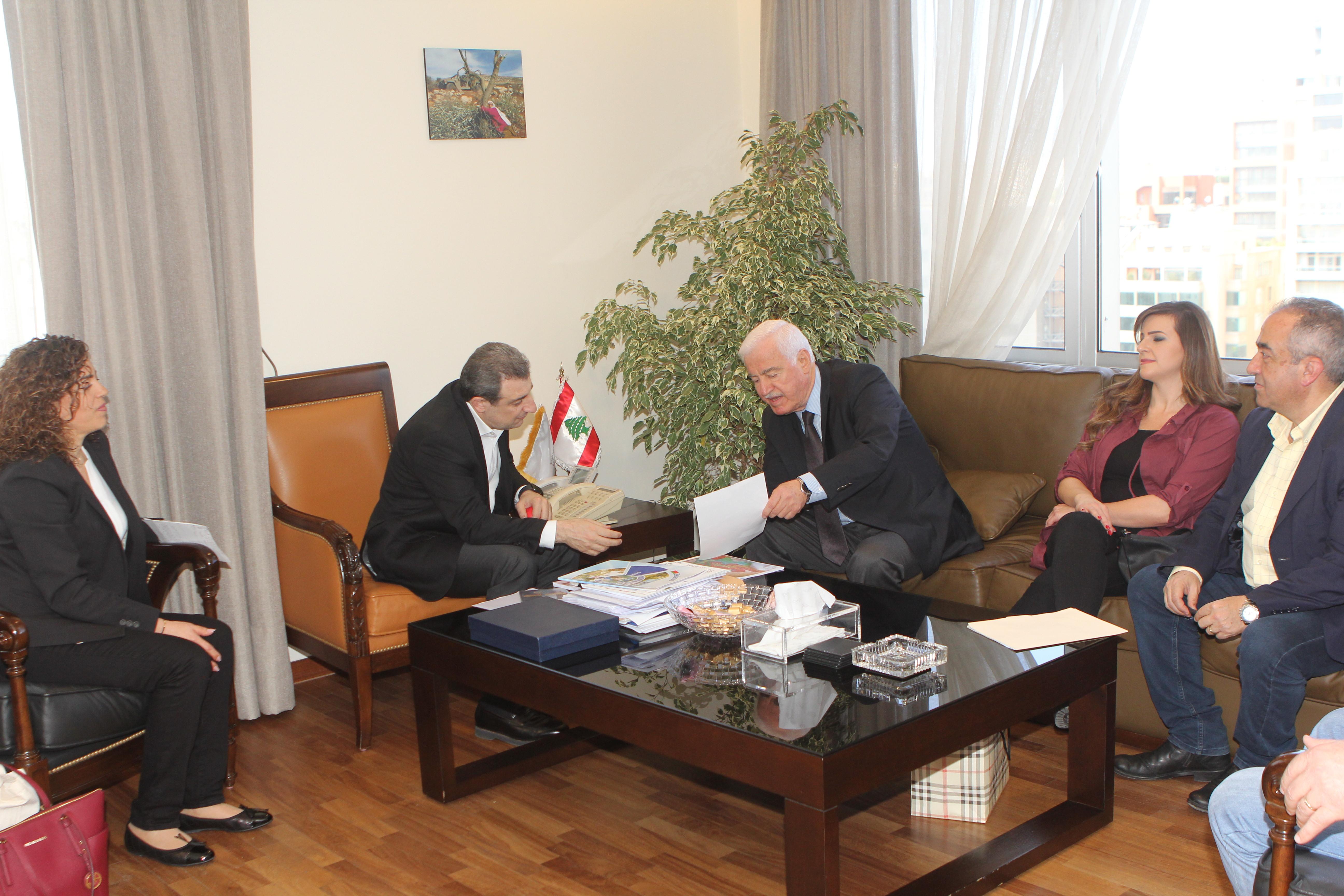 صورة الوزير ابو فاعور والوزير السابق بشارة مرهج ووفد من ضهور الشوير