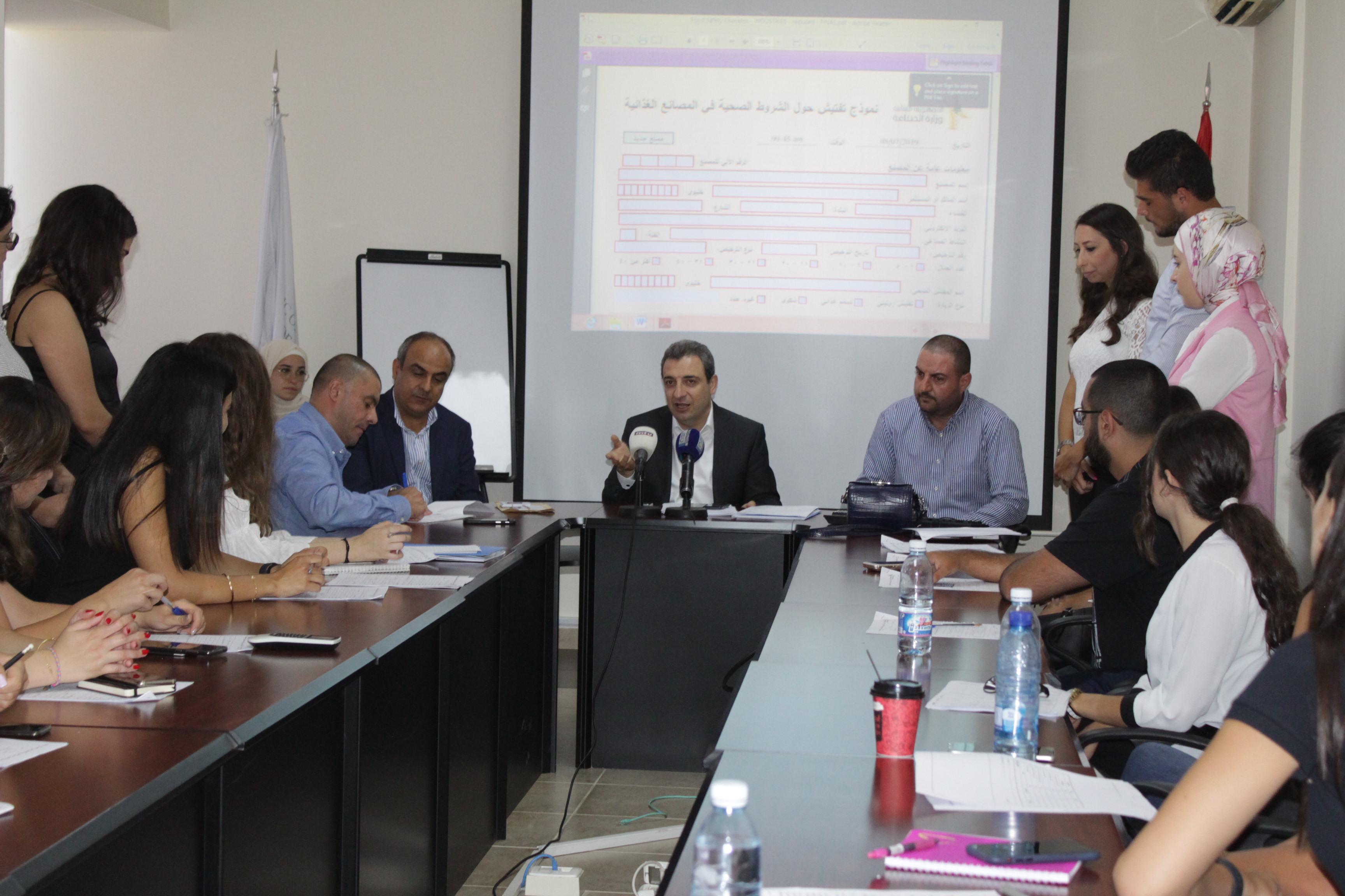 صورة الوزير ابو فاعور في اطلاق مشروع الكشف على مصانع الغذاء