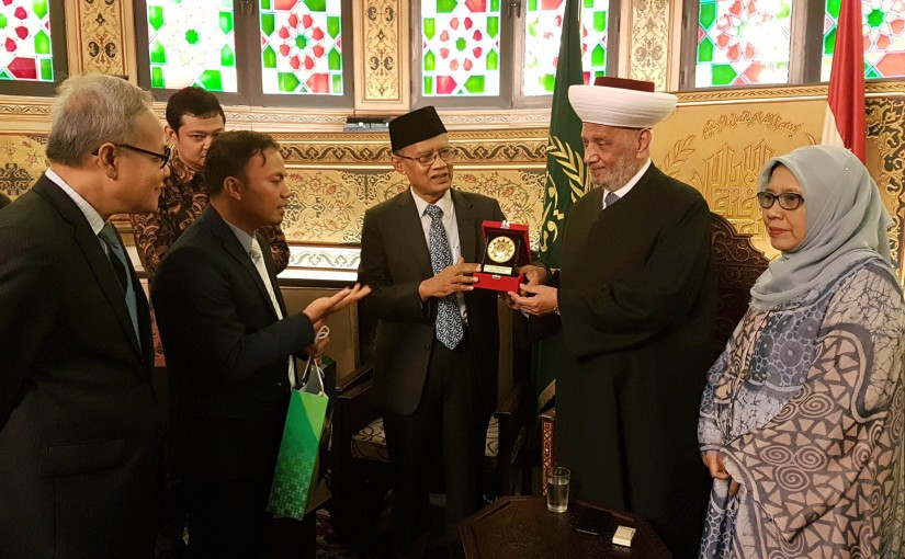 Mufti Abdel Latif Derian Meets a Delegation From Indonesia